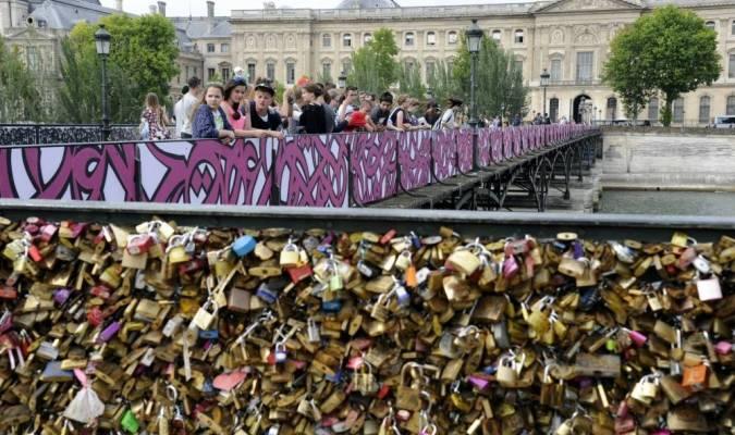Des graffitis pour remplacer les cadenas d'amour